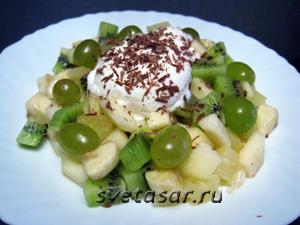 fruktovyj-salat-s-plombirom